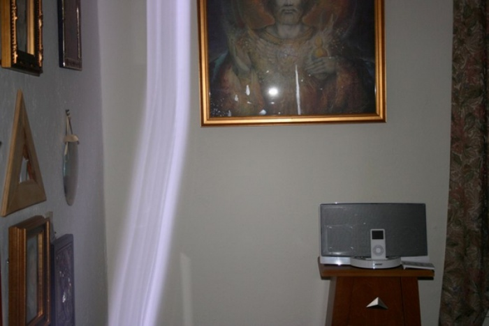 Spiritual Energy Healing by Healing Channels shaft moves toward photo of ascended master st germain - John of God Crystal Bed Therapy
